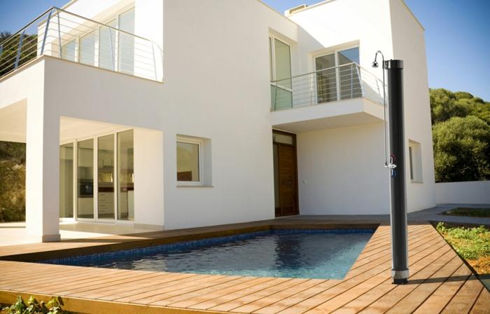 idée douche extérieure solaire piscine