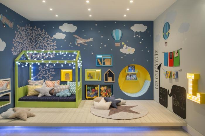idée lit cabane montessori avec guirlande lumineuse