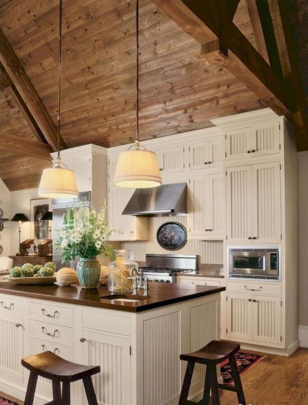 idées déco pour îlot cuisine plafond incliné en bois