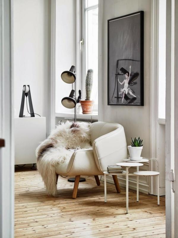 idées pour un salon déco scandinave mur blanc gros tableau moderniste