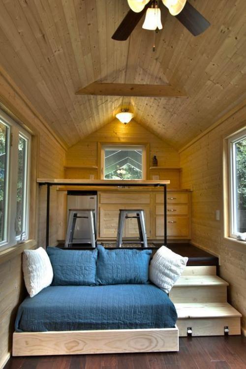 lit pour petit espace chambre sous le toit d' un chalet