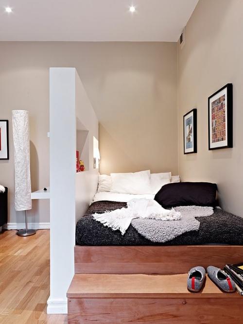 lit pour petit espace plate-forme en bois contre le mur
