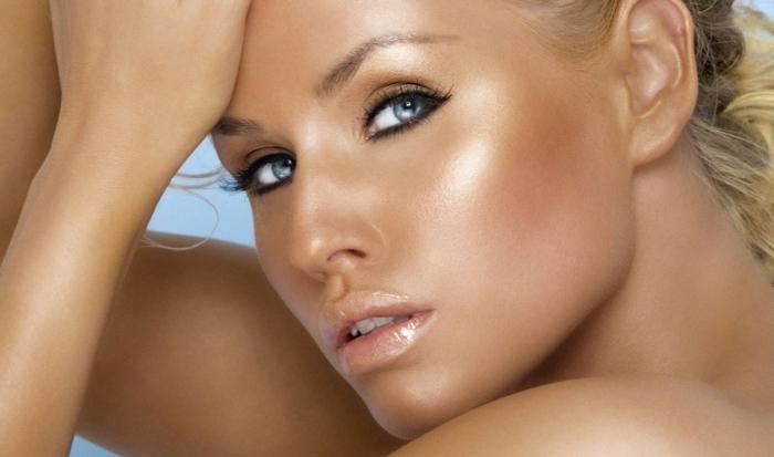 maquillage avec de la poudre bronzante