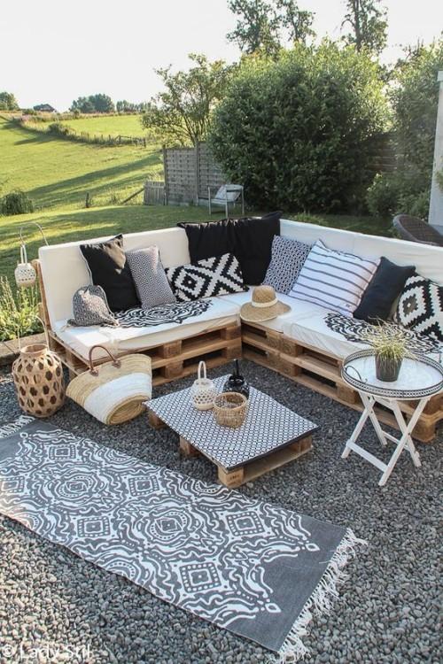meubles de jardin en palettes canapé en L avec des coussins