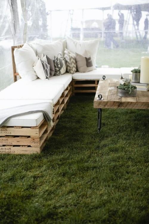 meubles de jardin en palettes canapé en L sous la tente