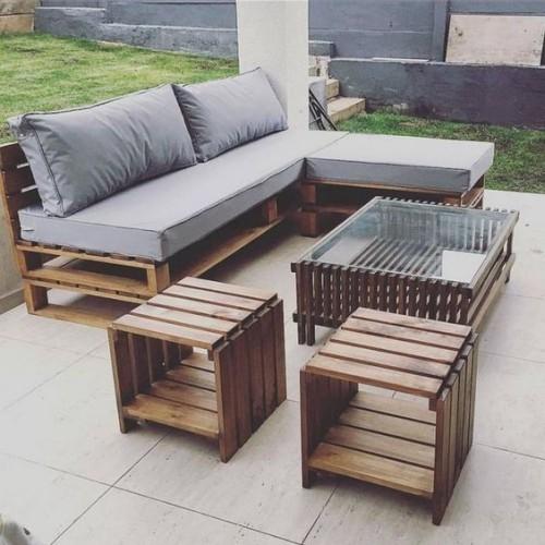 meubles de jardin en palettes canapé et tabourets sur la terrasse