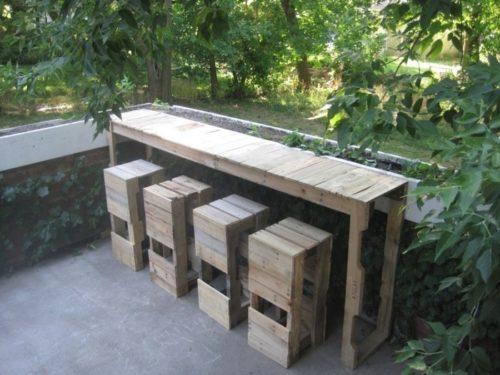 meubles de jardin en palettes comptoir avec quelques tabourets