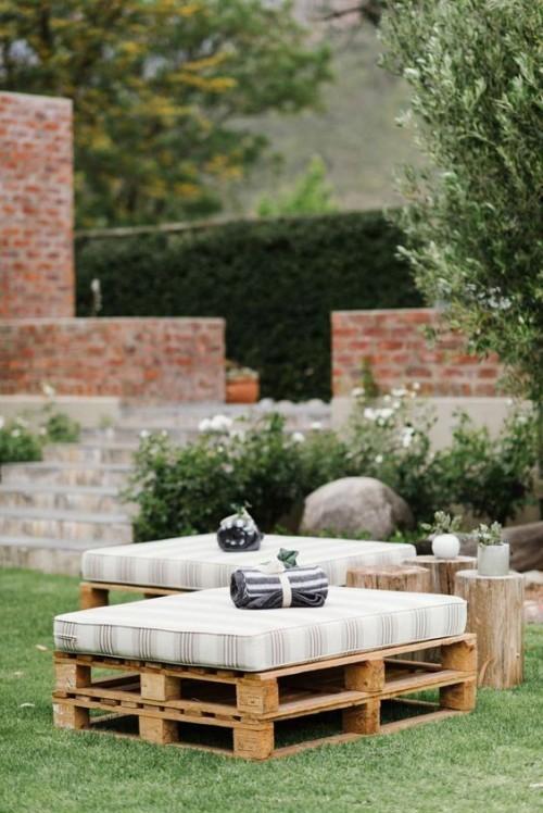 meubles de jardin en palettes deux larges tabourets