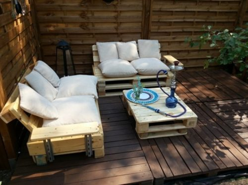 meubles de jardin en palettes estrade de palettes juxtaposées