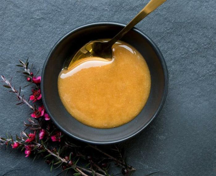 miel de manuka dan un bol
