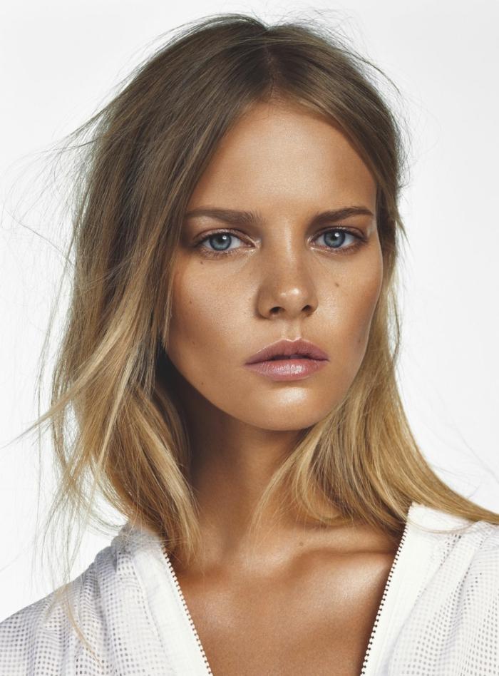 miser sur le maquillage avec poudre bronzante
