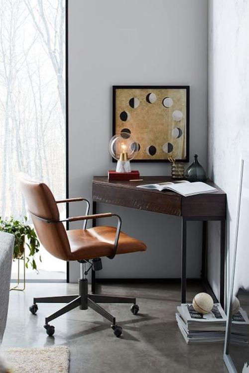 petit bureau industriel angle de la pièce occupé