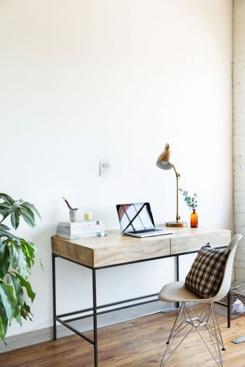 petit bureau industriel compact avec plateau épais en bois