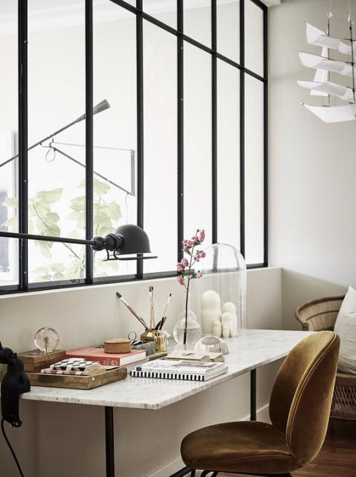 petit bureau industriel grande fenêtre lumière directe