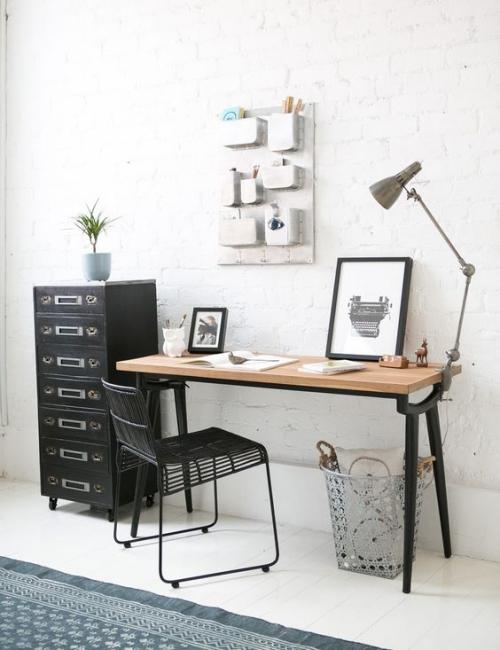 petit bureau industriel meuble adossé au mur en briques