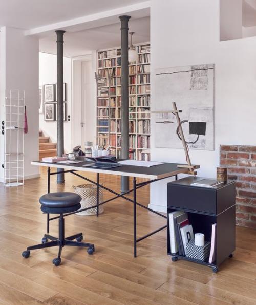 petit bureau industriel meuble installé au milieu