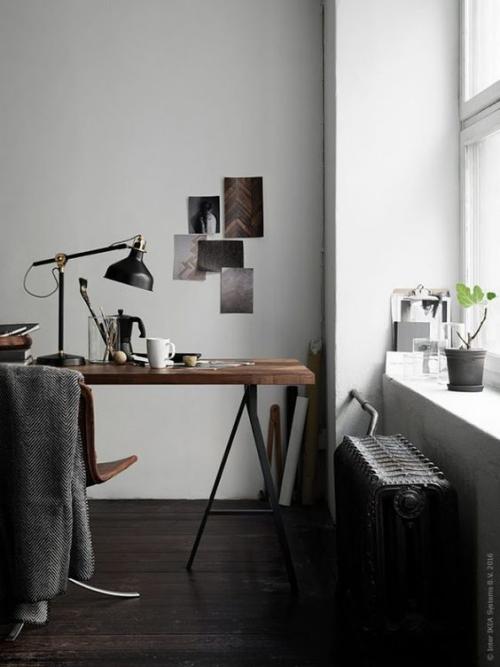petit bureau industriel meuble installé pres de la fenêtre