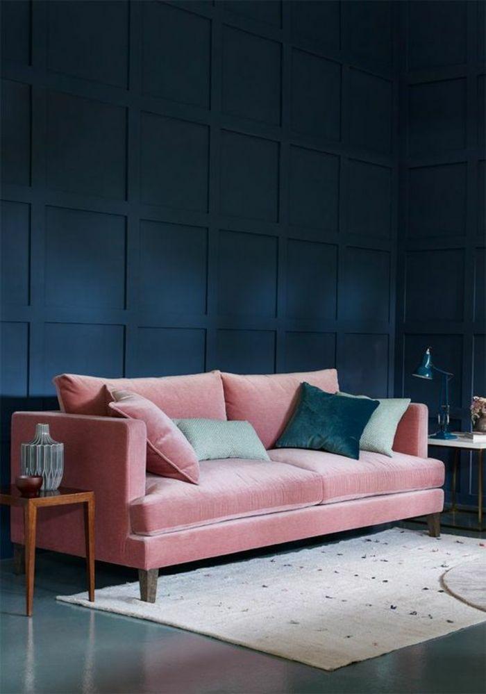 quelle couleur associer au bleu pétrole dans un salon canapé rose poudré