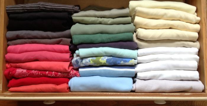 rangement konmari vêtements sur étagères