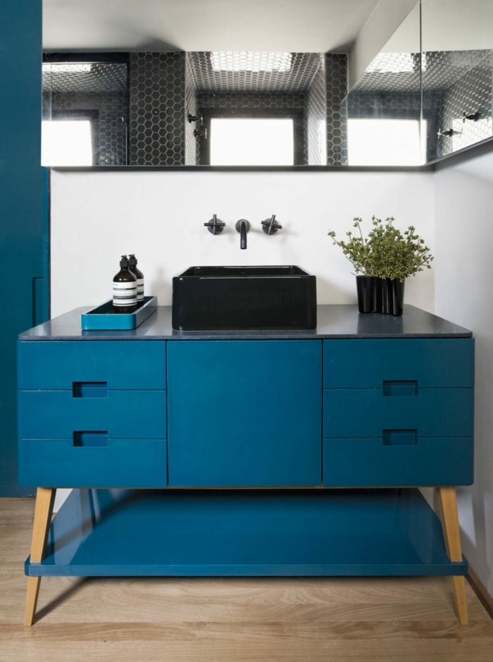 salle de bains chic quelle couleur associer au bleu pétrole