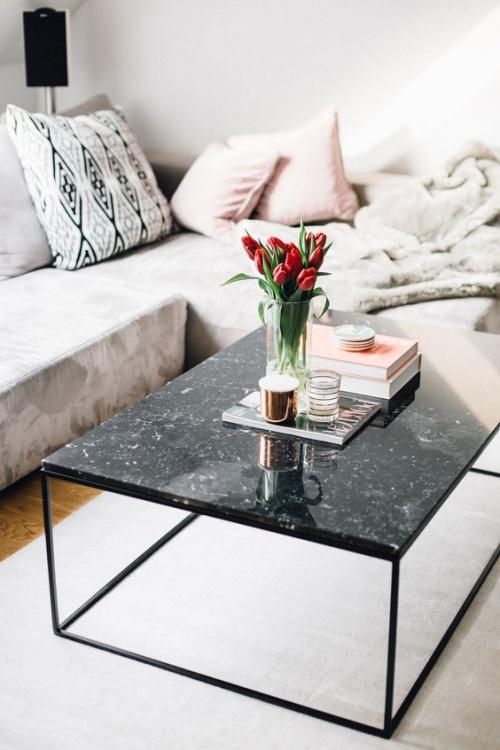 table basse en marbre forme rectangulaire en marbre noir veiné