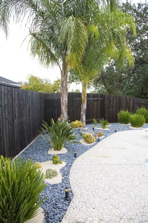Décoration jardin avec galets clôture en bois