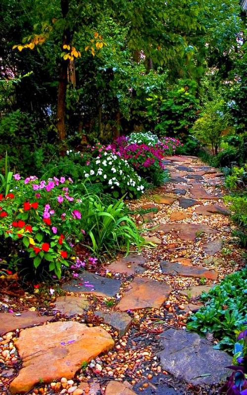 Décoration jardin avec galets des morceaux de rocher ochre