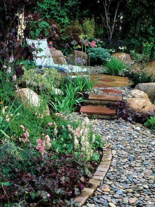 Décoration jardin avec galets grande variété de plantes et fleurs