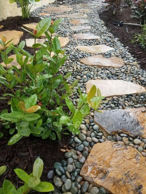 Décoration jardin avec galets jardinage en action
