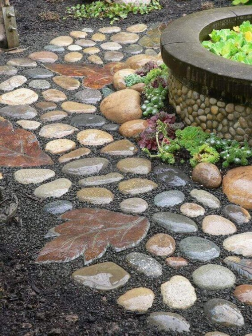 Décoration jardin avec galets joli sentier entourant un pot à fleurs énorme