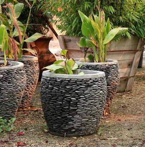 Décoration jardin avec galets pots à fleurs énormes