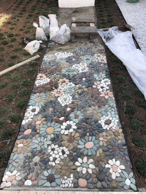 Décoration jardin avec galets sentier en construction