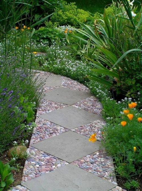 Décoration jardin avec galets sentier serpentant dans le jardin