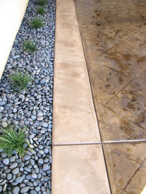 Décoration jardin avec galets sol en grosses dalles