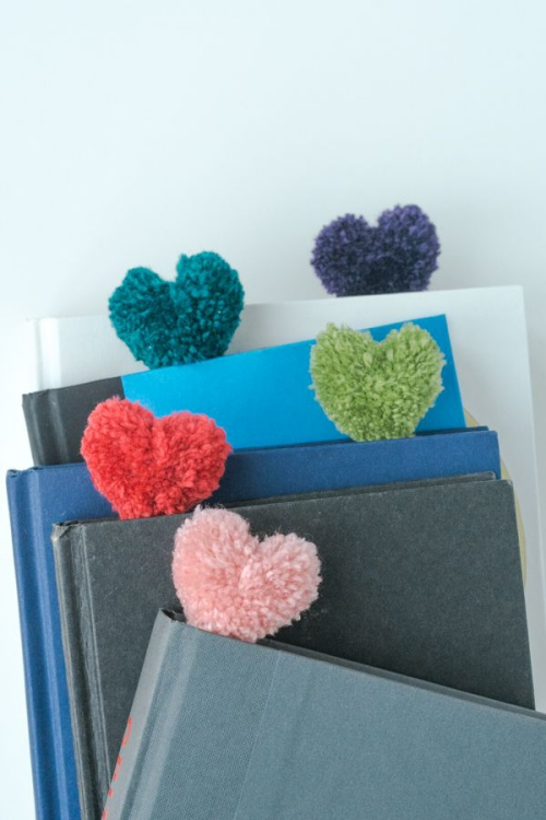 DIY fourniture scolaire cahiers avec pompons