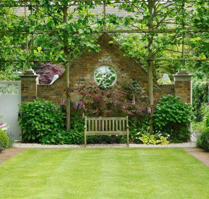 Jardin anglais: un banc parmi les fleurs ou le romantisme classique