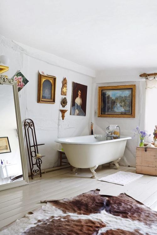 Salle de bains campagne chic baignoire élégante sur pieds