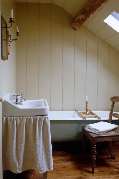 Salle de bains campagne chic baignoire sous le toit en pente