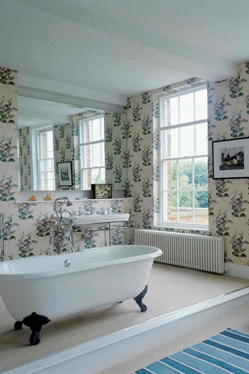 Salle de bains campagne chic grand espace mur en papier peint