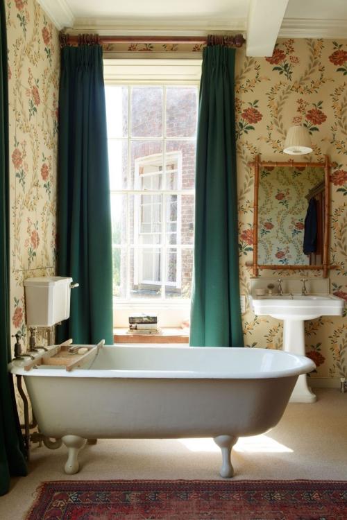 Salle de bains campagne chic grande fenêtre aux rideaux épais
