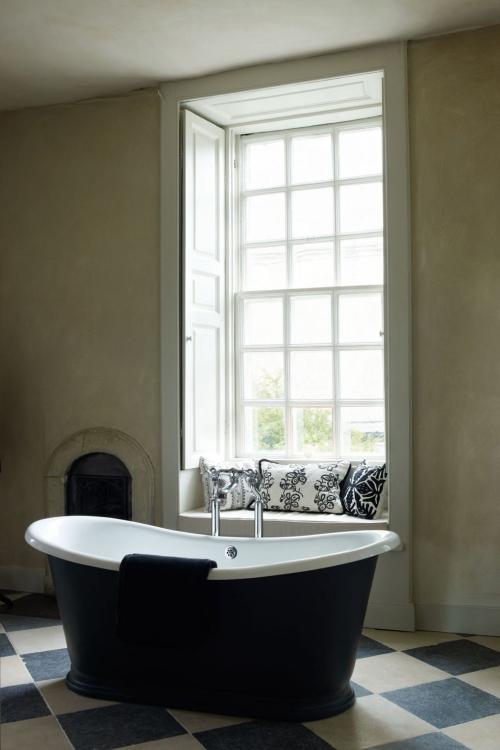 Salle de bains campagne chic grande fenêtre décorée de coussins