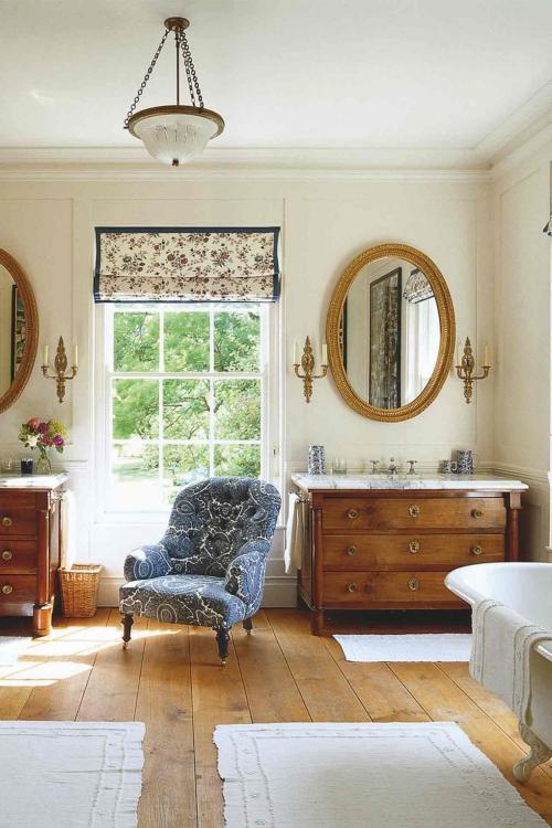 Salle de bains campagne chic grande fenêtre et murs blancs