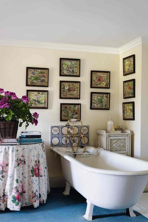 Salle de bains campagne chic moquette bleue