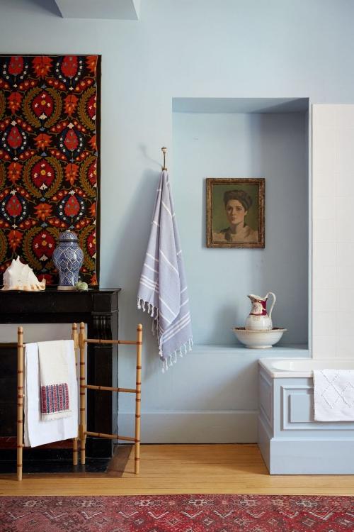 Salle de bains campagne chic mur en bleu ciel