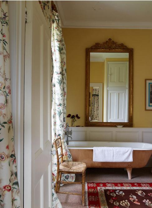 Salle de bains campagne chic mur en jaune avec miroir