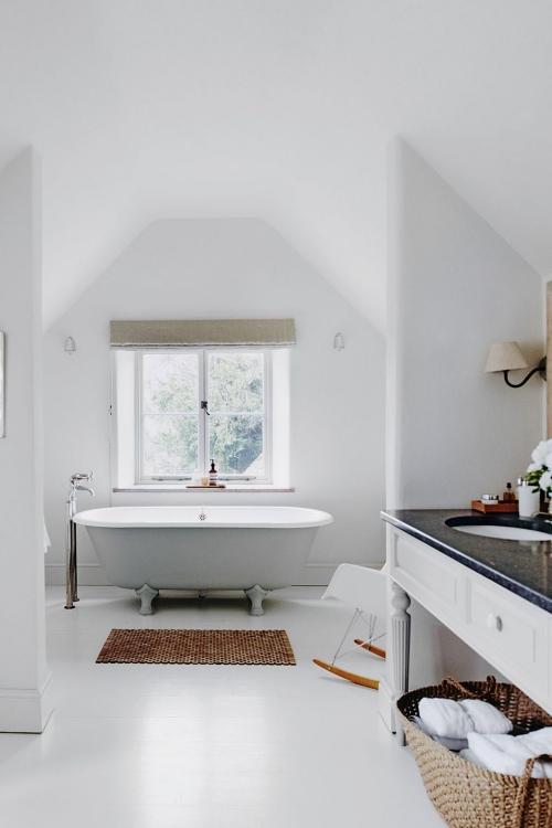 Salle de bains campagne chic murs blanc épurés