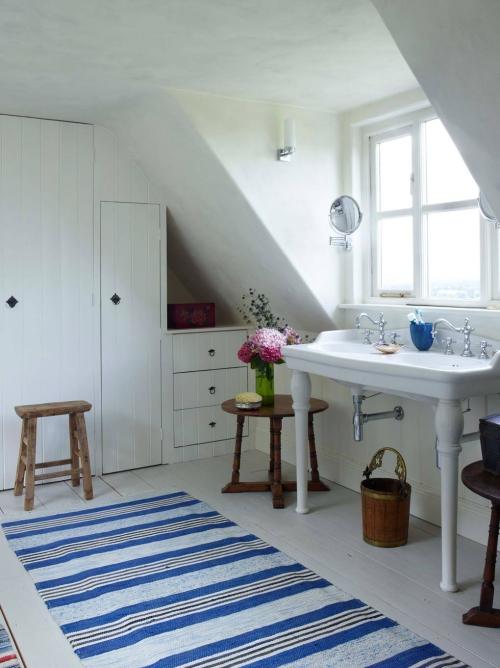 Salle de bains campagne chic murs et placards en blanc