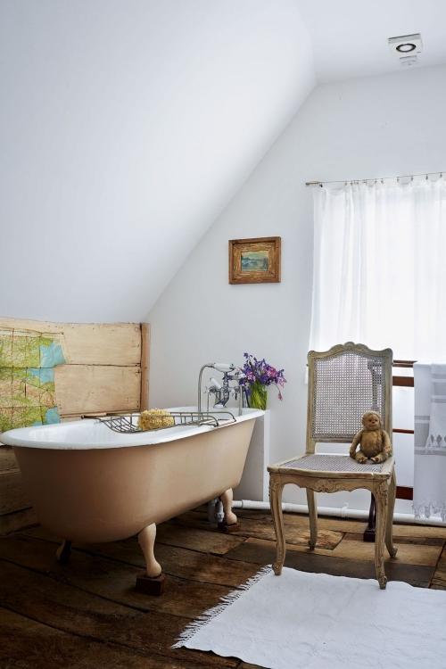Salle de bains campagne chic une partie du mur revêtue en bois