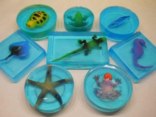 activité enfants diy savon glycériné avec jouet
