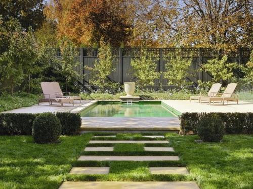 aménagement jardin chaises-longues et piscine